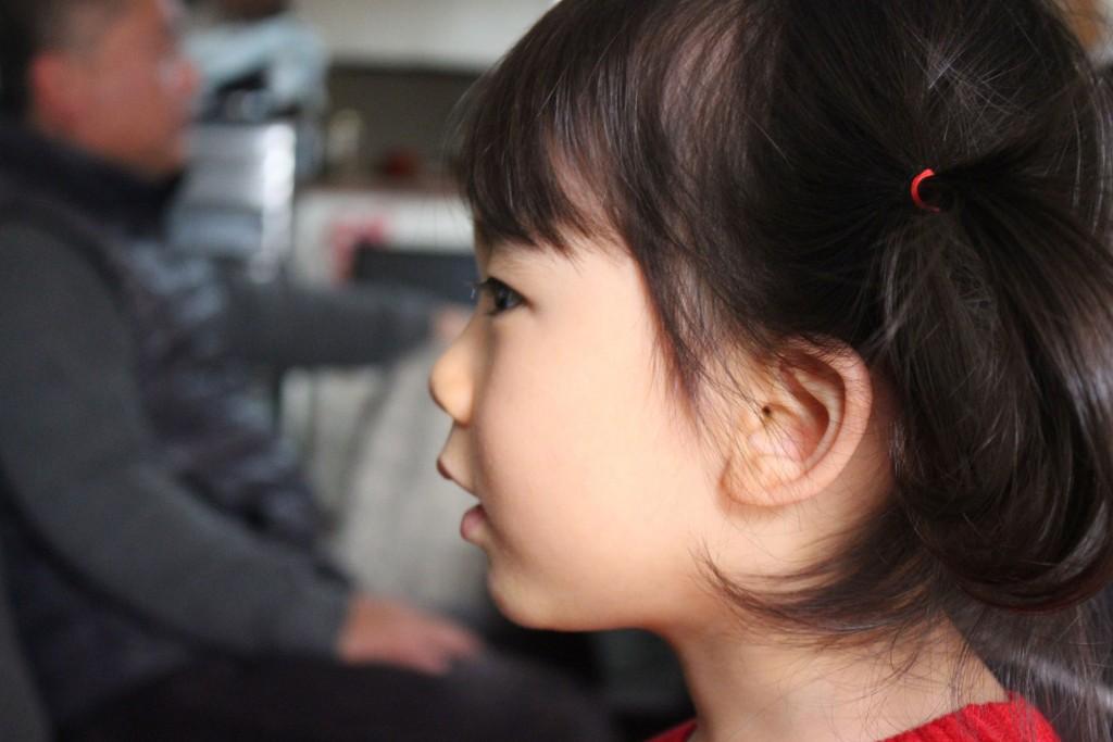 ドラえもんに夢中な琴音ちゃん(3歳)